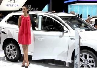 Hôtesse Mondial 2012 stand Mitsubishi