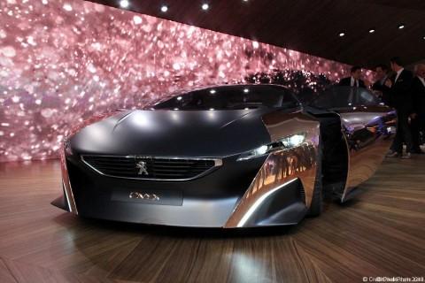 Le concept car Peugeot Onyx au Mondial 2012 L'Onyx Concept, ce sont d'abord des mensurations impressionnantes : 4,65 m de long, 1,13 m de haut mais surtout 2,20 m de large ! Il en impose visuellement, c'est indéniable. Nous avons également été impressionnés par la cinématique d'ouverture des portes, avec […]